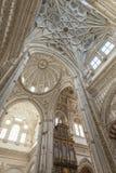 CORDOUE - L'ESPAGNE - 10 JUIN 2016 : Dôme blanc M de plafond de cathédrale Photographie stock libre de droits