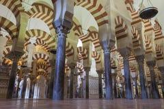 CORDOVA - LA SPAGNA - 10 GIUGNO 2016: Colonne Moschea Cordova di arché Fotografia Stock
