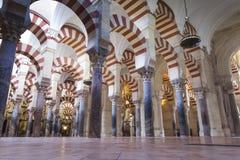 CORDOVA - LA SPAGNA - 10 GIUGNO 2016: Colonne Moschea Cordova di arché Immagini Stock Libere da Diritti