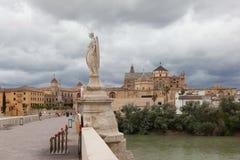 Cordova. Römische Statue auf dem Brücke RAPHAEL. lizenzfreie stockbilder