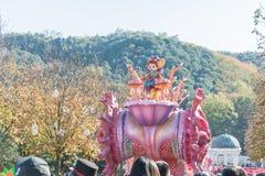 COREA DEL SUR - 31 de octubre: Los bailarines en trajes coloridos participan Fotografía de archivo libre de regalías
