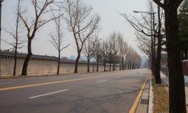 Corea en camino del día de invierno cerca del palacio de Gyeongbokgung imágenes de archivo libres de regalías