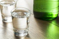 Coreano destilado claro alcoólico Soju imagens de stock royalty free