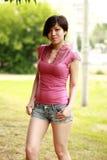 Coreano emozionale, piegato con garbo, con il sorriso che guarda in camera, Fotografie Stock