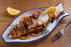 Coregone Bacon-avvolto arrostito Il pesce si è avvolto con bacon immagini stock