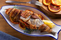 Coregone Bacon-avvolto arrostito Il pesce si ? avvolto con bacon fotografia stock