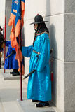Coreia do Sul 13 de janeiro de 2016 vestiu-se em trajes tradicionais da porta o de Gwanghwamun Imagem de Stock