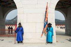 Coreia do Sul 13 de janeiro de 2016 vestiu-se em trajes tradicionais da porta o de Gwanghwamun Foto de Stock