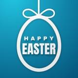 Счастливая поздравительная открытка пасхи с зайчиком пасхи Покрасьте бумажное пасхальное яйцо на голубой предпосылке r бесплатная иллюстрация