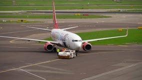 Corendon荷兰航空公司波音737拖曳 股票视频