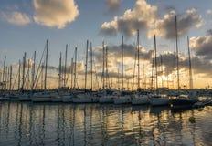 Cores alaranjadas do barco de navigação na reflexão do céu e da água imagens de stock royalty free
