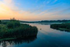 Cores brilhantes do alvorecer no rio no verão fotografia de stock royalty free
