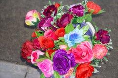 Cores brilhantes e bonitas de flores plásticas Vária parede do fundo da flor da cor Fundo floral Lote de flores artificiais foto de stock