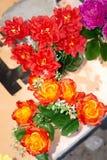 Cores brilhantes e bonitas de flores plásticas Vária parede do fundo da flor da cor Fundo floral Lote de flores artificiais imagens de stock