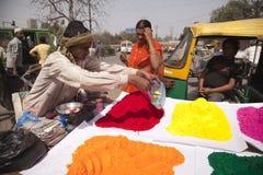 Cores cheias da cor feliz indiana do homem do holi Imagens de Stock