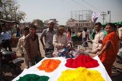 Cores cheias da cor feliz indiana do homem do holi Fotografia de Stock