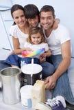 Cores chosing da família para pintar a casa nova fotografia de stock