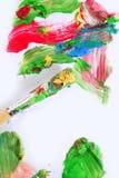 Cores coloridas da pintura na escova sobre o Livro Branco imagem de stock