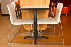 Cores com tabela da cadeira Imagem de Stock Royalty Free