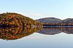 Cores da montanha da queda refletidas no lago fotos de stock