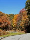 Cores da queda ao longo de Ridge Parkway azul Fotografia de Stock