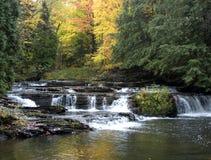Cores da queda, cachoeira, paisagem cénico imagens de stock