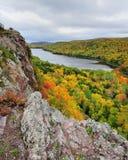 cores da queda, lago das nuvens Michigan EUA fotos de stock royalty free
