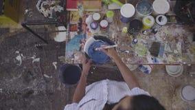 Cores de mistura do artista com pintura branca video estoque