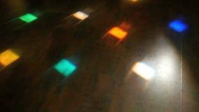 Cores diferentes de piscamento da luz do disco no assoalho video estoque