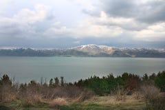 Cores do lago Sevan foto de stock royalty free