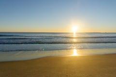Cores do nascer do sol sobre a praia fotografia de stock royalty free