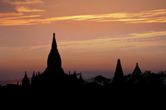 Cores do por do sol e silhuetas de templos budistas antigos myanmar Fotos de Stock