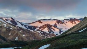 Cores do por do sol das montanhas e das nuvens em Islândia Landmannalaugar O lapso de tempo zumbe dentro vídeos de arquivo