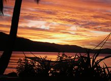 Cores do por do sol em uma praia tropical Fotos de Stock