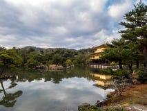 Cores douradas do inverno do templo de Kinkaku-ji do pavilhão foto de stock royalty free