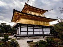 Cores douradas do inverno do templo de Kinkaku-ji do pavilhão fotografia de stock royalty free