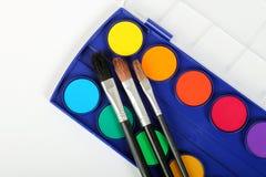 Cores e escovas de pintura Foto de Stock