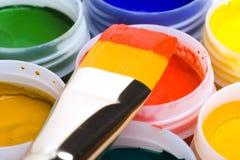 Cores e escovas de pintura. Fotos de Stock