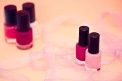 Cores e flor do lustrador de prego, cosméticos e termas Imagens de Stock