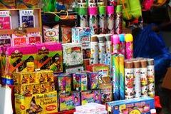 Cores e pulverizadores de Holi no mercado de Deli imagem de stock