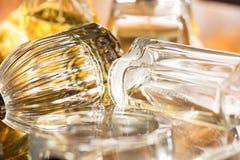 Cores e reflexões de luzes com garrafas de perfume Fotos de Stock Royalty Free