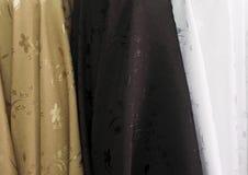 Cores e teste padrão da tela na loja da tela Textura do weave Imagem de Stock Royalty Free