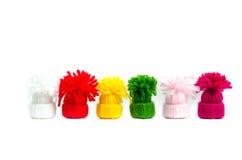 Cores engraçadas nos mini chapéus, isolados nos fundos brancos Fotografia de Stock Royalty Free