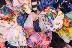 Cores múltiplas, tela e texturas da roupa da mulher em uma loja da rua fotografia de stock