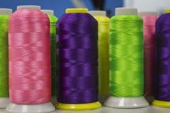 Cores na moda da linha nos rolos, para a fabricação de bordado fotografia de stock