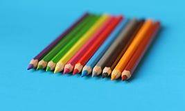 Cores pastel coloridas do lápis em um fundo da cor isolado Foto de Stock