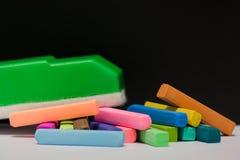 Cores pastel do giz e eliminador de quadro-negro verde Fotos de Stock Royalty Free