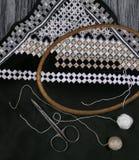 Cores preto e branco do bordado de Hardanger com instrumentos imagens de stock royalty free