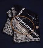 Cores preto e branco do bordado de Hardanger com instrumentos fotos de stock