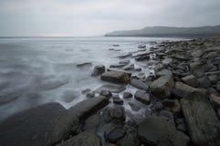 Cores silenciado na baía de Kimmeridge fotos de stock